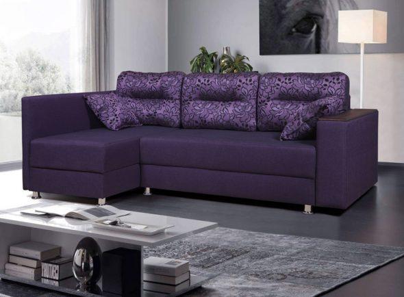 Фиолетовый диван в спальне гостиной