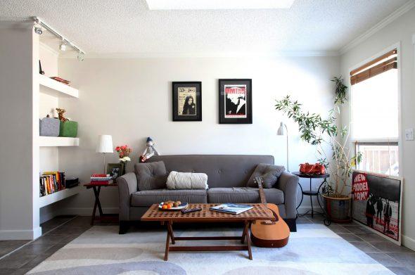 Серый диван в интерьере гостиной спальни