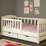 белая классическая кровать с бортиком для девочки