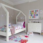 простая кровать домик