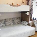 белая кровать в два яруса