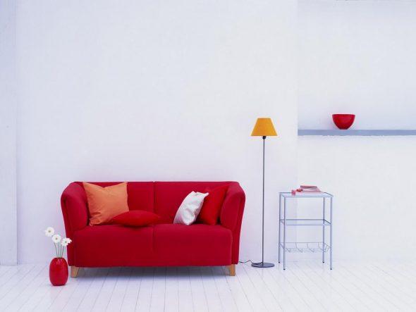 белые стены красный диван