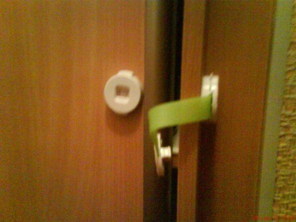 блокировка двери шкафа
