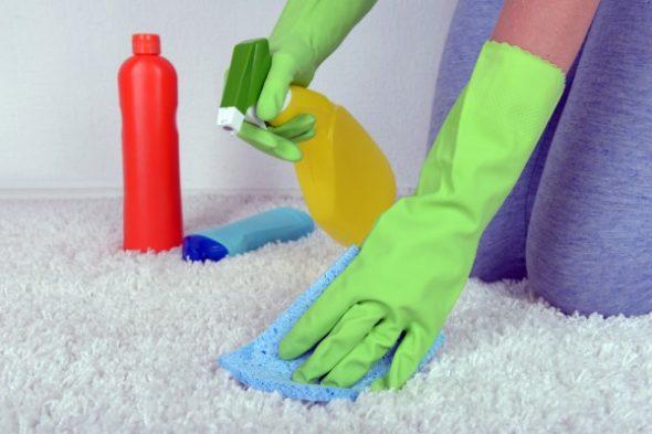 чистка мебели в перчатках