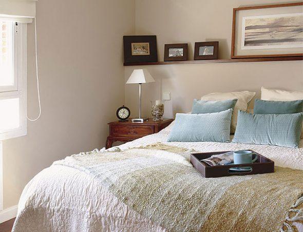 Цветные полки над кроватью