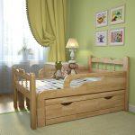 кровать с бортиком из натуального дерева