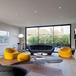 диван с креслами в гостиной