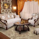 диван с цветочными принтами