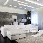 длинный белый диван в гостиной