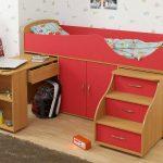 красная двухуровневая кровать для ребенка
