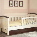 классическая детская кровать с бортиками