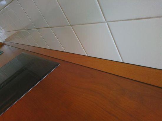 крепление плинтуса к кухонной столешнице