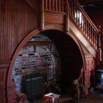 кресла и камин под лестницей