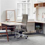 кресло офисное серого цвета