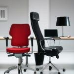 кресла офисные красное и черное