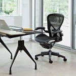 черное офисное кресло качалька