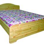 кровать с ярким матрасом