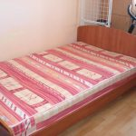 кровать в спальне полутороспальная