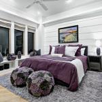 спальня светлая с фиолетовой кроватью