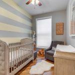 кроватка для ребенка из светлого дерева