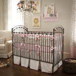 кроватка для ребенка в спальне