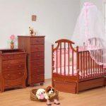 кроватка для ребенка в спальне родителей