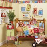 кроватка для ребенка яркая