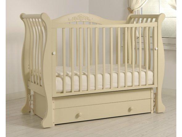 кроватка маятник для ребенка бежевая