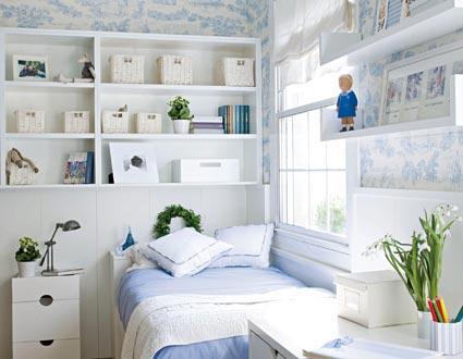 Маленькая спальня с полкой