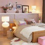 Настенные полки над кроватью
