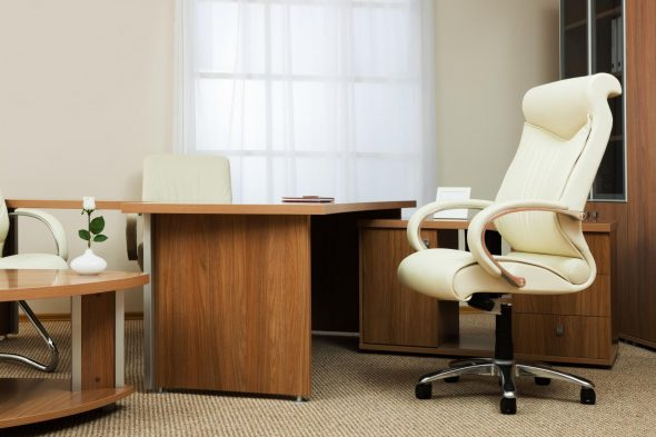 офисное кресло бежевое