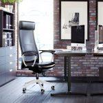 офисное черное кресло