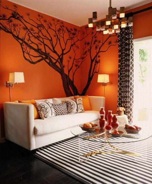оранжевая стена пастельный диван