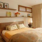 Открытые полки в интерьере спальни