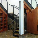полки для вещей и кладовая под лестницей