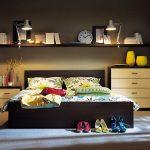 Полки в спальне над кроватью