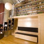 полочки для книг и сувениров под лестницей