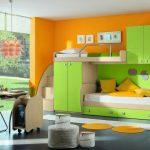 салатовая двухуровневая кровать в оранжевом интерьере