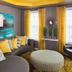 серо желтый интерьер диван