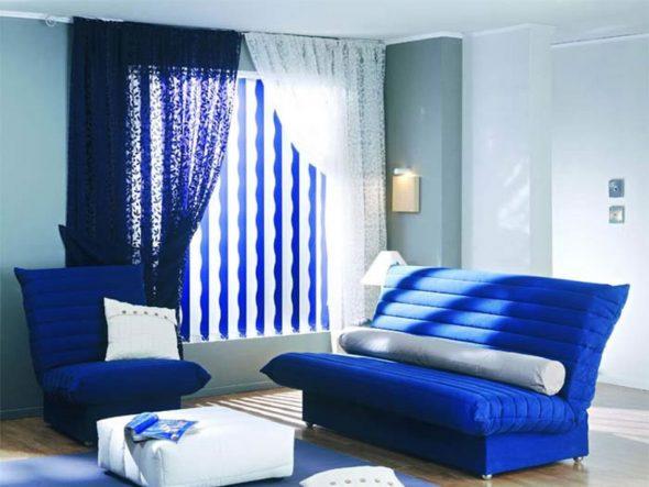 синий диван в комнате