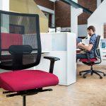 офисное кресло черно лиловое