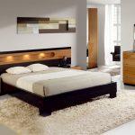 двуспальная кровать в светлой спальне
