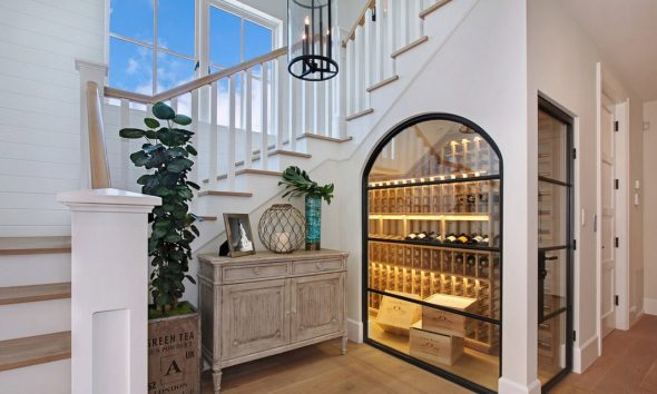 витрина под лестницей
