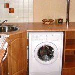 стиральная машина белая в гарнитуре