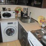 стиральная машина в очень маленькой кухне
