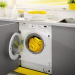 стиральная машина в серо желтом гарнитуре