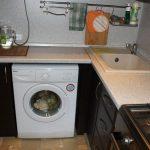 стиральная машина в темном гарнитуре