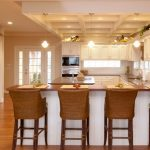 барные стулья плетеные в интерьере кухни