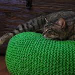 вязаный пуф с котом
