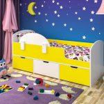 желтая детская кровать с бортиками